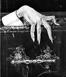 Main d'un vampire sortant de son cerceuil