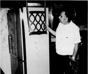 Ed Warren inspectant la cuisine