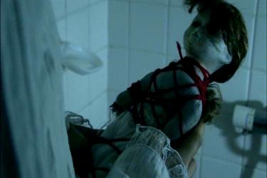 Hitori Kakurenbo poupée attachée avec du fil rouge