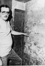 Jack Smurl montrant le mur