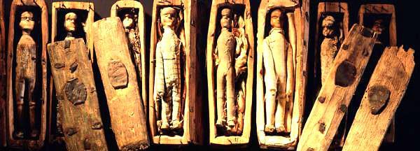 Cercueils découverts dans la grotte