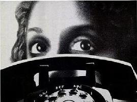 Femme regardant un téléphone