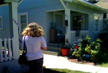 Jackie devant sa maison