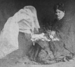 Mme Guppy Matérialisant des Fleurs
