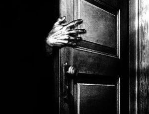 Main ouvrant une Porte