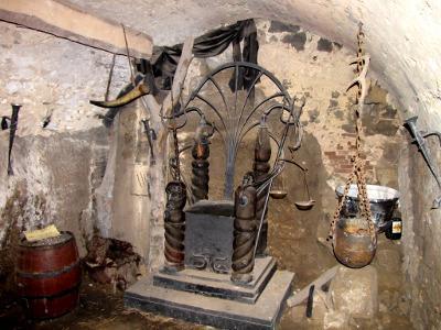 Trône dans la cave du Château Houska