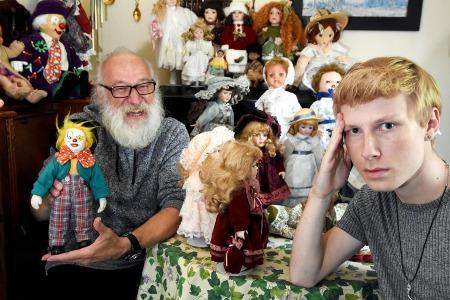 Barry, son Fils Josh et la Collection de Poupées Hantées