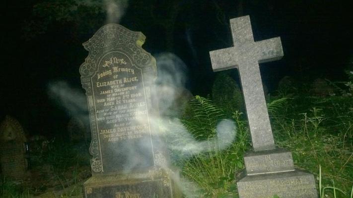 Fantôme Flottant sur une Tombe